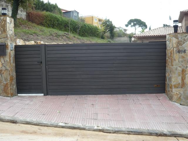 Correderas residenciales puertas y automatismos m luque - Puertas de chapa galvanizada ...